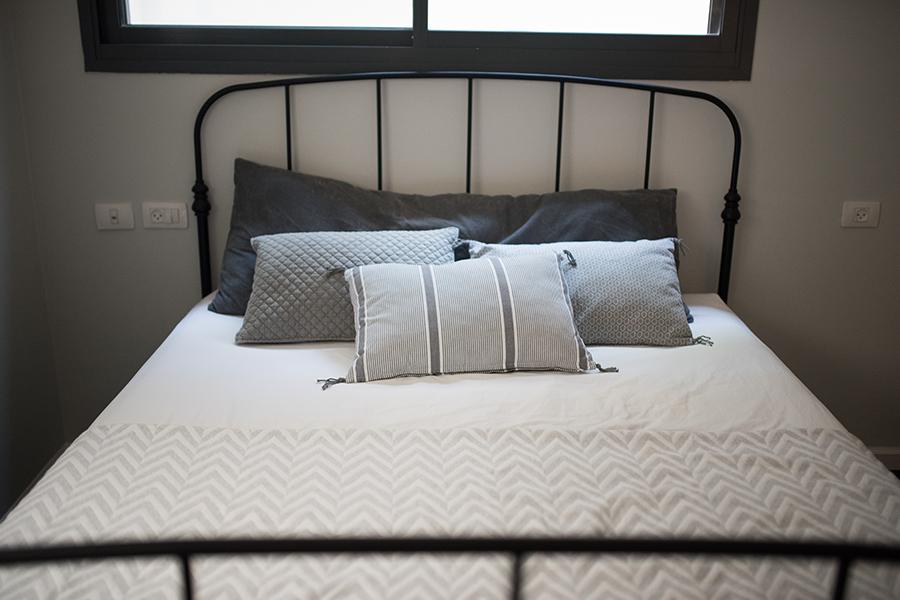 עיצוב חדר כמו בית מלון- מצעים וכריות נוי