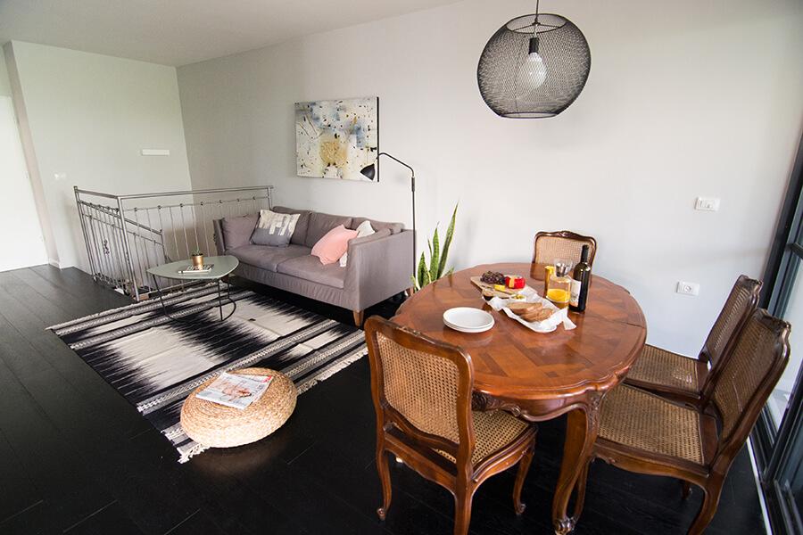 שולחן וכסאות שעברו חידוש קל ושולבו בבית החדש
