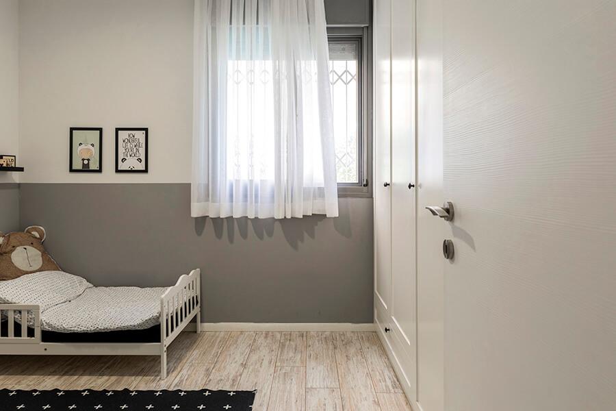 ארון הבגדים בקיר הכניסה