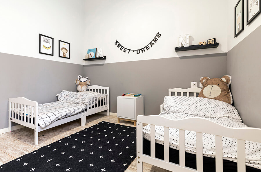 שטיח עם דוגמאות פלוסים בצבעוניות המשכית לחדר