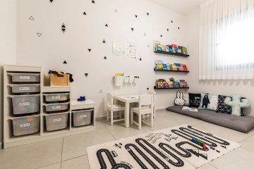 חדר משחקים בשחור ולבן